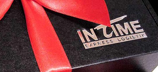 Geschenkverpackung mit Logo Prägung